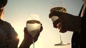 爱的夫妇配合  庆祝成功和胜利 香槟在太阳闪耀并且起泡沫 特写镜头 耦合爱 股票视频
