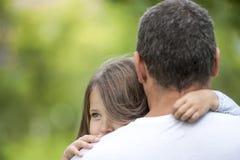 父亲女孩她拥抱 系列愉快爱 爸爸和他女儿使用 逗人喜爱的婴孩和爸爸 父亲节的概念 免版税库存图片