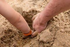 父亲和儿子执行联合工作 免版税库存照片