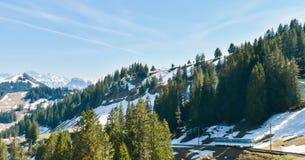 瑞士山铁路和积雪覆盖的山春天全景在阿尔卑斯 库存图片