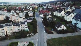 瑞士 汽车的运动在一个小村庄 影视素材