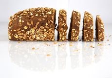 瑞典面包用在白色背景和芝麻隔绝的向日葵 免版税图库摄影