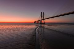 瓦斯考de Gama Bridge在日出期间的里斯本 蓬特瓦斯考de Gama,里斯本,葡萄牙 免版税库存照片