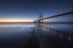 瓦斯考de Gama Bridge在日落期间的里斯本 蓬特瓦斯考de Gama,里斯本,葡萄牙 免版税库存图片