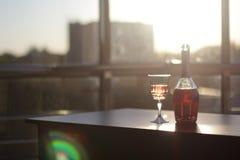 瓶和玻璃用酒在桌上在办公室 库存照片