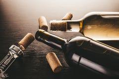 瓶酒和拔塞螺旋 库存图片