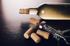 瓶酒和拔塞螺旋 免版税库存照片