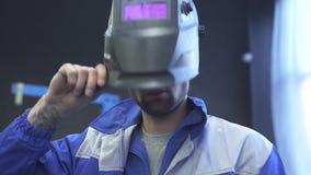 焊接的盔甲的画象英俊的专家汽车机械师在现代汽车服务背景  慢的行动 影视素材
