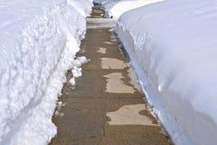 熔化在边路的雪 库存图片