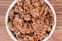 燕麦剥落用巧克力当来源铁和纤维,健康快餐概念 免版税库存照片