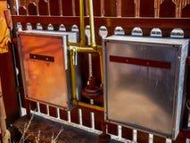 煤气管,罐子在residentual房子的气体箱子 免版税库存图片