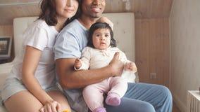 照顾他们的孩子的宜人的混合的族种夫妇 股票录像