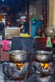 煮沸的大罐面条的水 免版税库存图片