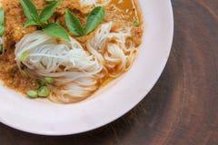 煮沸的泰国米细面条,通常吃与用咖哩粉调制和菜 免版税库存图片