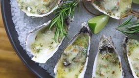 牡蛎烘烤用乳酪、石灰和草本在板材 菜单海鲜餐馆 地中海烹调海鲜构成 影视素材