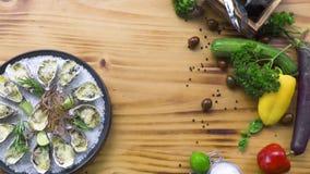 牡蛎烘烤用乳酪和草本在板材在木背景 顶视图海鲜背景拷贝空间 地中海 股票录像