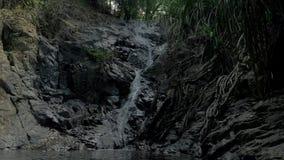 特写镜头小瀑布慢动作射击在菲律宾热带雨林密林  小暗藏的岩石 影视素材