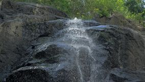特写镜头小瀑布慢动作射击在菲律宾热带雨林密林  小暗藏的岩石 股票视频
