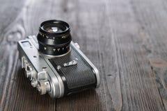 特写镜头射击了在脏的木背景的一台照相机 库存图片
