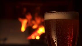 特写镜头玻璃bocal茶点与泡沫壁炉的冷却的啤酒在背景中 股票视频