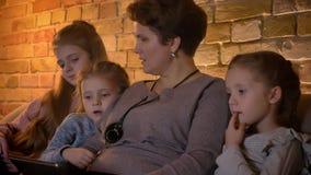 特写镜头观看入片剂的白种人母亲和女儿家庭画象殷勤地在舒适家庭环境 影视素材