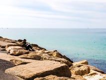 特拉维夫,以色列- 2017年2月4日:基于和读书的人海滩Tel巴鲁克 免版税库存照片