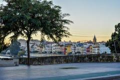 特里亚纳五颜六色的河沿房子在塞维利亚,西班牙 库存照片