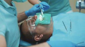 牙医对待耐心牙与牙齿操练诊所 4K 股票视频