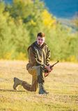 狩猎射击战利品 与寻找动物的步枪的猎人 寻找作为男性爱好和休闲 人充电的狩猎 免版税库存图片
