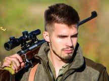 狩猎技能和武器设备 怎么轮狩猎到爱好里 有胡子的人猎人 军队力量 伪装 军事 库存照片