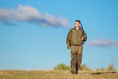 狩猎爱好 人狩猎自然环境 男性爱好活动 狩猎武器枪或步枪 人猎人运载 免版税图库摄影