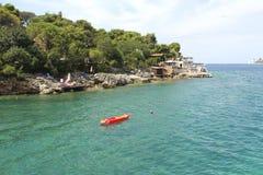 独木舟在海 黑山 Zanjic海滩,旅行概念 库存照片