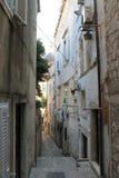 狭窄的街道在杜布罗夫尼克克罗地亚的历史的中心 免版税库存照片