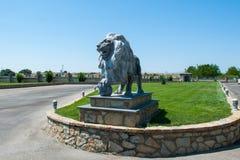 狮子雕象,在草坪的一头孤立狮子 免版税库存照片