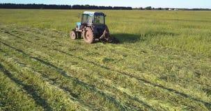 相交割增长的草的干草打包机在浩大的领域 股票录像