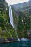 瀑布在米尔福德峡湾,Fjordland,新西兰风景 免版税图库摄影