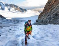 登山家上升的冰川勃朗峰山,法国阿尔卑斯 免版税库存照片