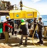 白令海/俄罗斯- 2016年6月:遥控的水下的车ROV部署 免版税库存照片