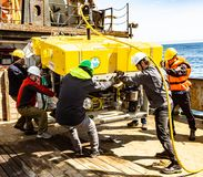 白令海/俄罗斯- 2016年6月:遥控的水下的车ROV部署 库存图片