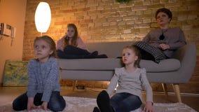 白种人母亲家庭画象有三女儿沟通和电影的在舒适家庭环境 影视素材