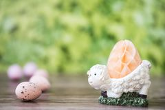 白羊有蜂窝的蛋杯,反对绿色背景 图库摄影