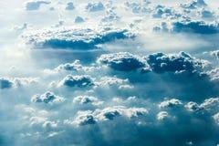 白色云彩顶视图在地面或水上的 库存照片