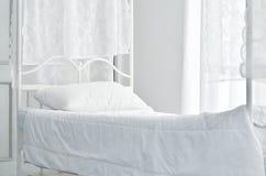白色床垫在白色卧室 库存照片