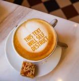 白色咖啡与文本的在大理石背景 表设置在餐馆 库存图片