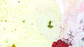 白色液体表面与五颜六色的污点,五颜六色的概念上的五颜六色的混合的粉末 特写镜头 影视素材