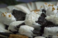 白色涂了巧克力的三明治曲奇饼 免版税图库摄影