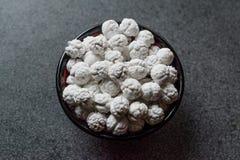 白色烤鸡豆用在小碗的糖 图库摄影