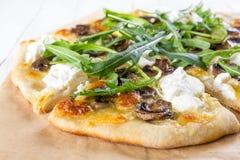 白色蘑菇比萨用乳清干酪乳酪和芝麻菜 库存照片