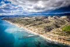 白色&多岩石的海滩鸟瞰图  Monagroulli村庄区域 利马索尔区,塞浦路斯 库存照片