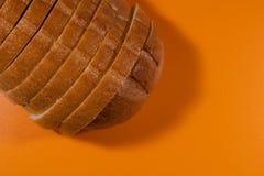 白面包片断在橙色桌特写镜头的 免版税库存照片